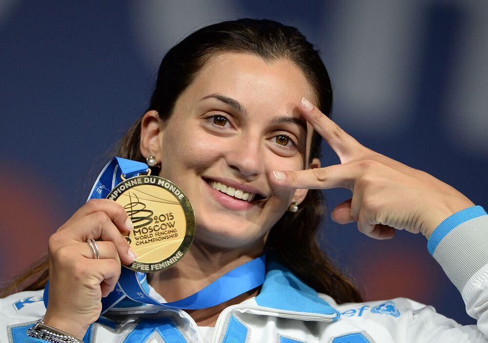 Rossella Fiamingo com medalha de ouro na cerimônia de premiação no Campeonato Mundial de Esgrima em Moscou