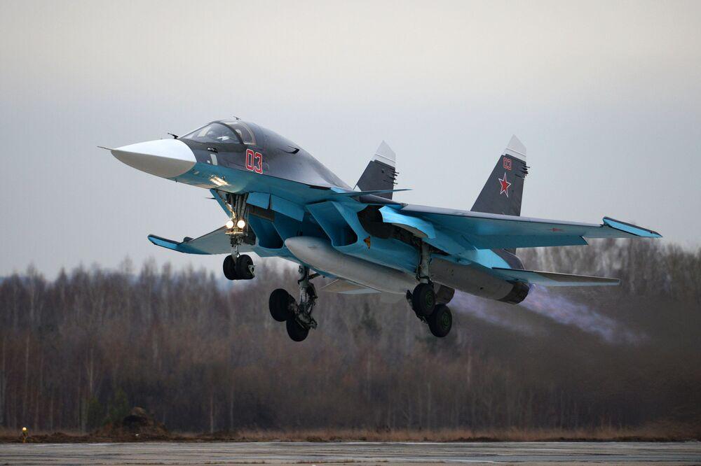 Um caça-bombardeiro Su-34 decola do aeroporto da usina aérea