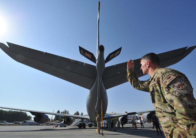 Soldado estadunidense perto de um avião militar na base aérea de Manas. Foto de arquivo