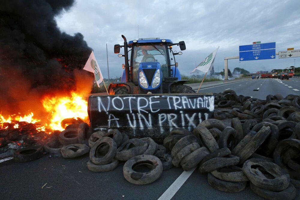 Trator interdita estrada durante greve de agricultores no oeste da França