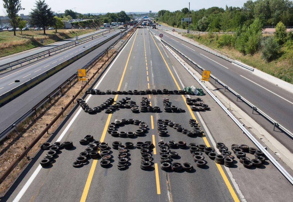 Agricultores em greve bloqueiam estrada com pneus no oeste da França