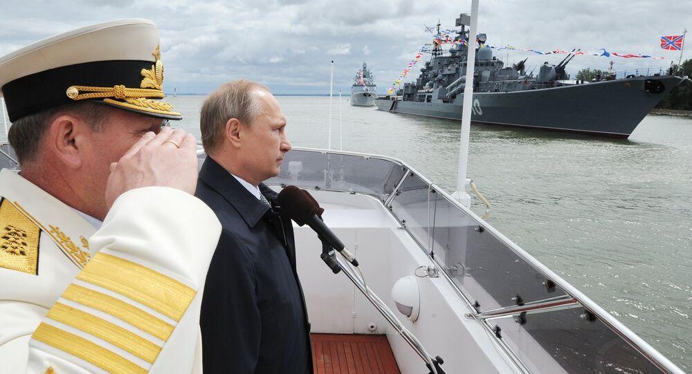 O presidente russo, Vladimir Putin, durante a parada militar realizada no Dia da Marinha russa na cidade de Baltiysk em Kaliningrado