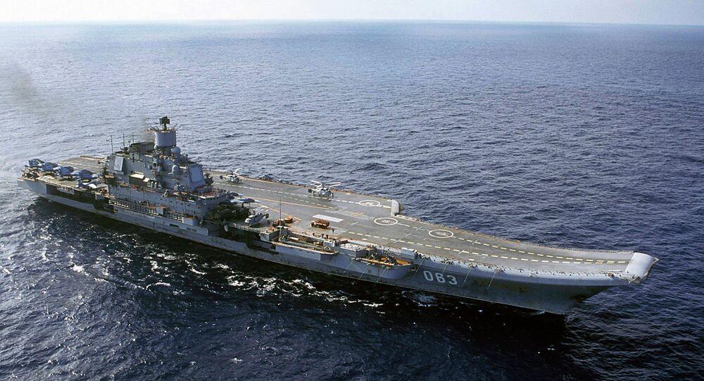 Porta-aviões da Marinha da Rússia, Almirante Kuznetsov, no Mar de Barents.