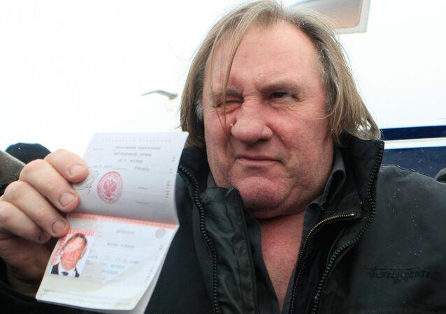 Gérard Depardieu exibe seu passaporte russo