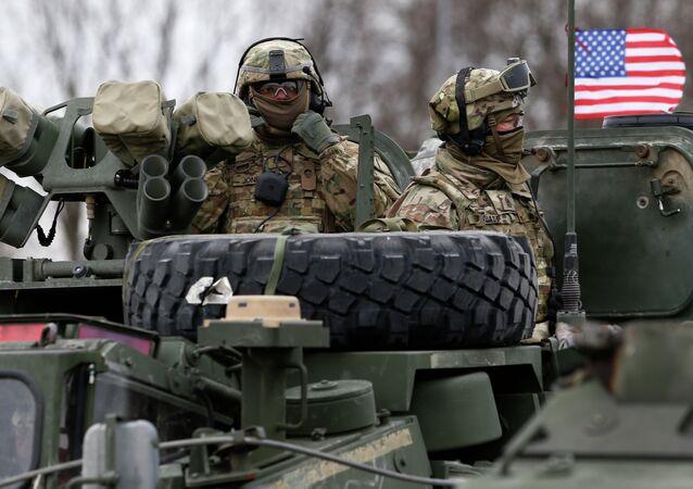 Soldados norte-americanos em veículo armado durante o exercício militar ''Dragoon Ride''na Lituânia