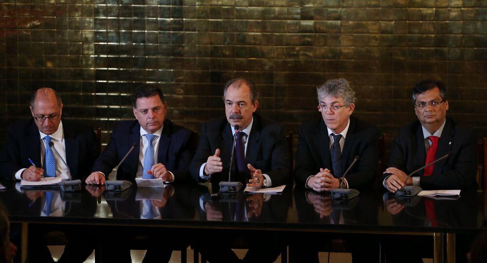 O ministro-chefe da Casa Civil, Aloizio Mercadante, e governadores durante entrevista coletiva após reunião com a presidenta Dilma Rousseff