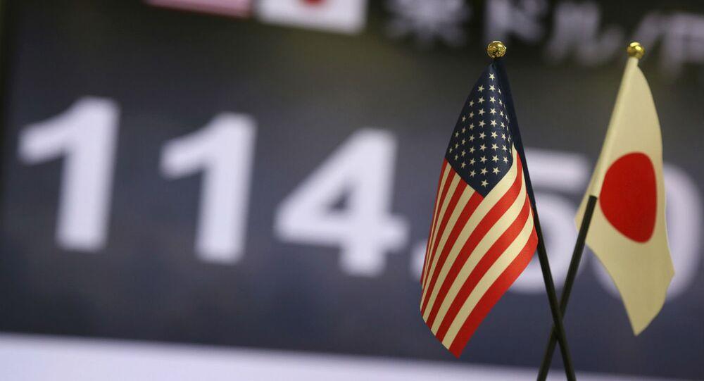 Bandeiras dos EUA e do Japão.