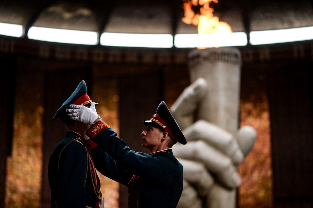 Militares da guarda solene do monumento à Chama Eterna no Salão da Glória Militar no Mamayev Kyrgan, em Volgogrado
