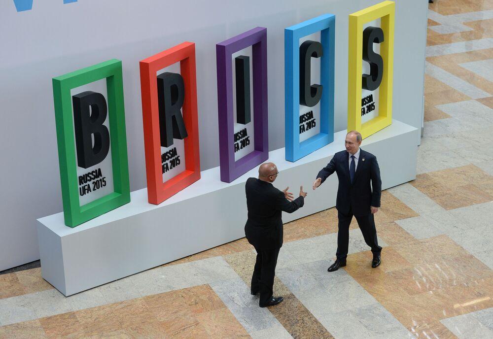 Presidente da África do Sul, Jacob Zuma, e presidente da Rússia, Vladimir Putin, durante cerimônia de saudação dos líderes do BRICS