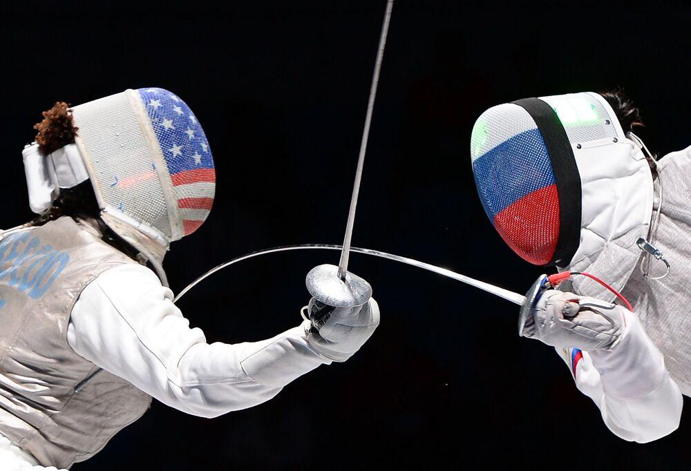 Nzingha Prescod e Aida Shanayeva, durante a semi-final feminina do campeonato mundial de esgrima em Moscou