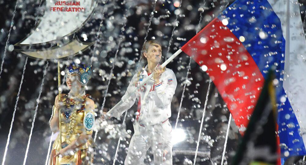 Porta-bandeira da seleção da Rússia: campeã olímpica de nado sincronizado, Natalya Ishchenko, durante a cerimônia de abertura do XVI Campeonato Mundial de Esportes Aquáticos em Kazan