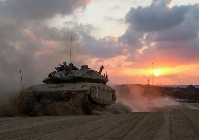 Um tanque israelita Merkava na Faixa de Gaza durante os exércitos perto da fronteira de Israel em 3 de agosto de 2014