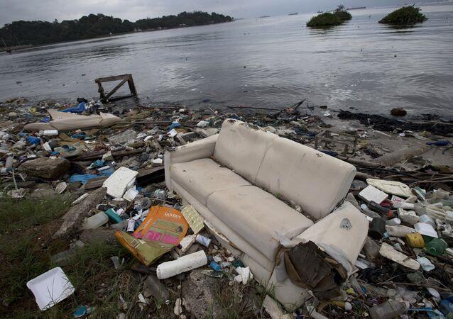Segundo pesquisa da Abrelpe, Associação Brasileira de Empresas de Limpeza Pública e Resíduos Especiais, 41% dos resíduos gerados pelos brasileiros continuam sendo despejados em lixões