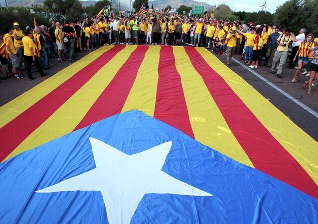 Catalães em volta da bandeira independentista da Catalunha