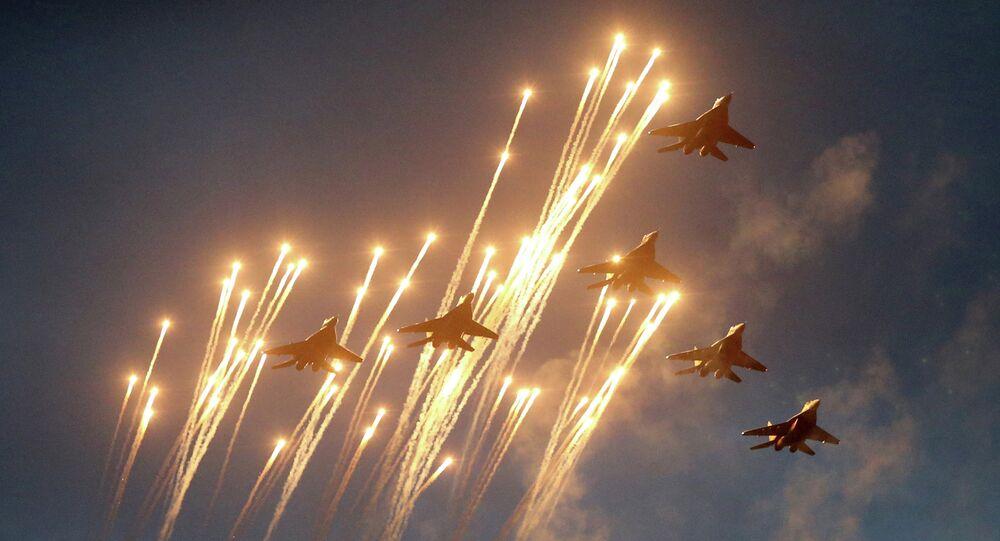 Aeronaves MIG-29 ensaiam para parada militar em Minsk, Bielorrússia