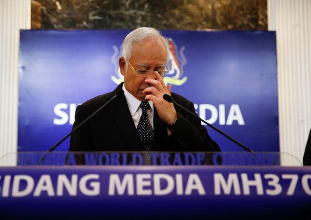 O primeiro-ministro malaio, Najib Razak, em coletiva de imprensa sobre os destroços do MH370, em Kuala Lumpur, nesta quarta-feira (quinta-feira na Malásia), 5