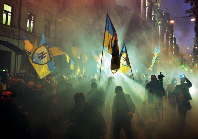 Membros de grupo ultranacionalista desfilam pelas ruas de Kiev