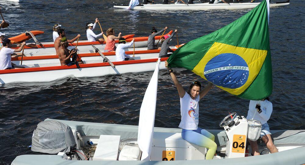 Ativistas da ONG Baía VIVA e pescadores protestam contra a poluição na Baía de Guanabara