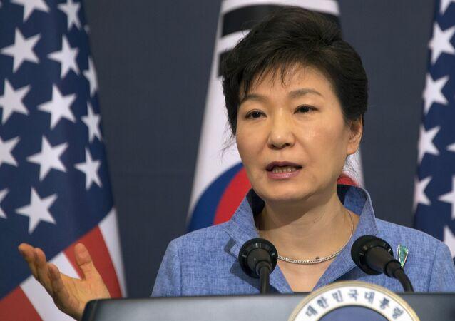 A presidente da Coreia do Sul, Park Geun-hye, participa na coletiva com o presidente dos EUA, Barack Obama, na Casa Azul em Seul. 25 de abril, 2014.