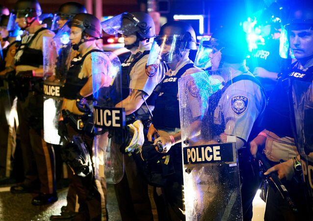 Polícia de St. Louis acompanha os protestos em Ferguson