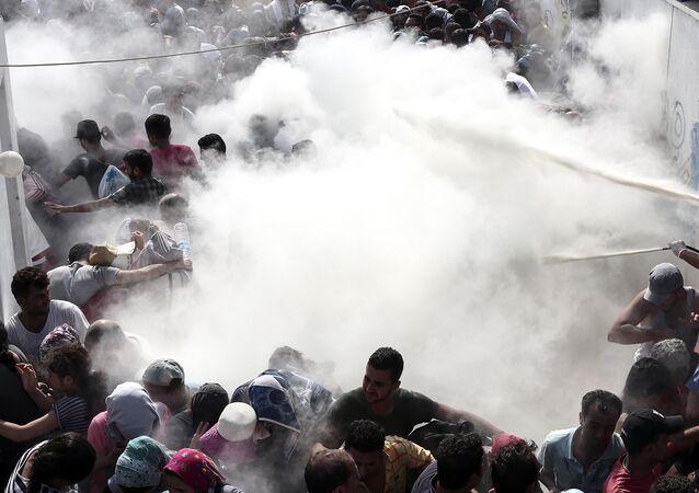 Polícia dispersa multidão de imigrantes com extintores de incêndio na ilha grega de Kos