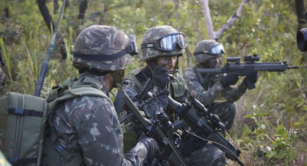 Exército brasileiro em treinamento na Floresta Amazônica.