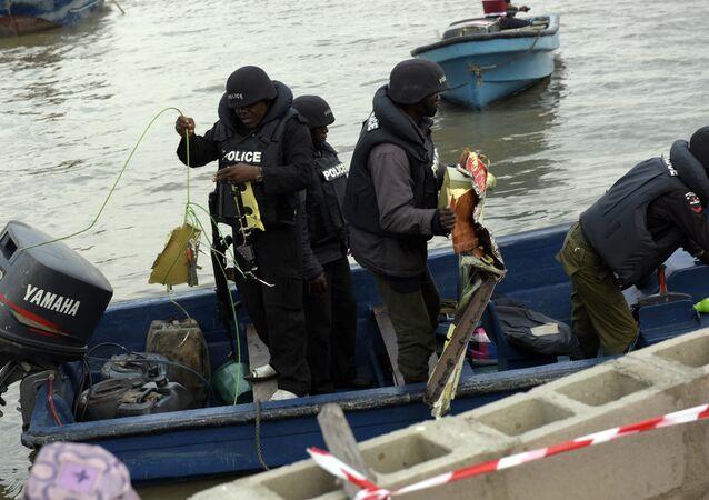 Autoridades recolhem destroços do helicóptero da companhia americana Bristow após acidente na capital nigeriana