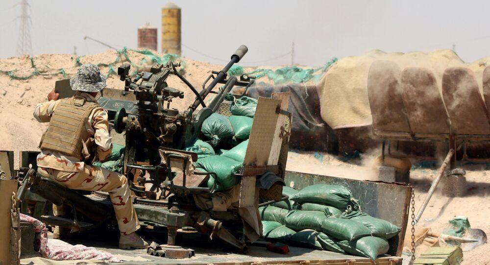 Um soldado iraquiano, do grupo aliado da coalizão ocidental, durante um combate com as forças do Estado Islâmico