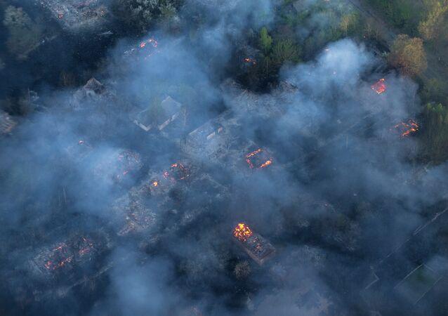 Incêndio em vilarejo abandonado na zona de exclusão em torno da usina de Chernobyl, 28 de abril de 2015