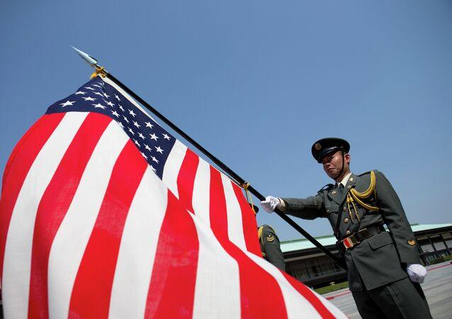Soldado japonês segura bandeira americana em cerimônia na cidade de Tóquio (arquivo)