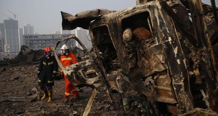 Bombeiros percorrem na zona portuária de Tianjin