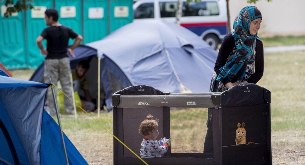 Famílias aguardam atendimento acampadas no jardim do centro de asilo de Traiskirchen, o mais importante da Áustria