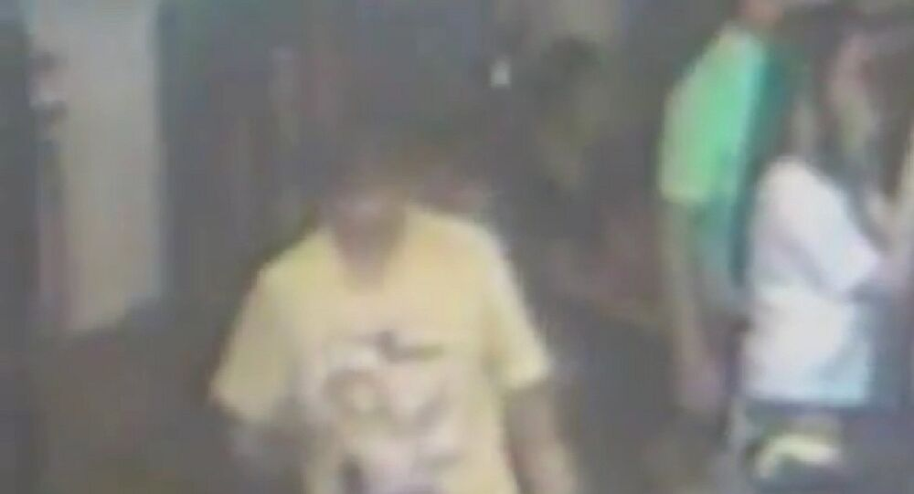 O suspeito de provocar a explosão em Bangcoc deixa o local onde deixou uma mochila.