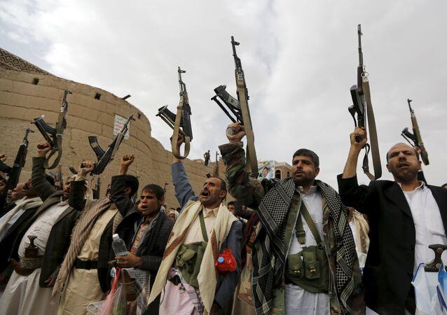 Rebeldes Houthis armados no Iêmen