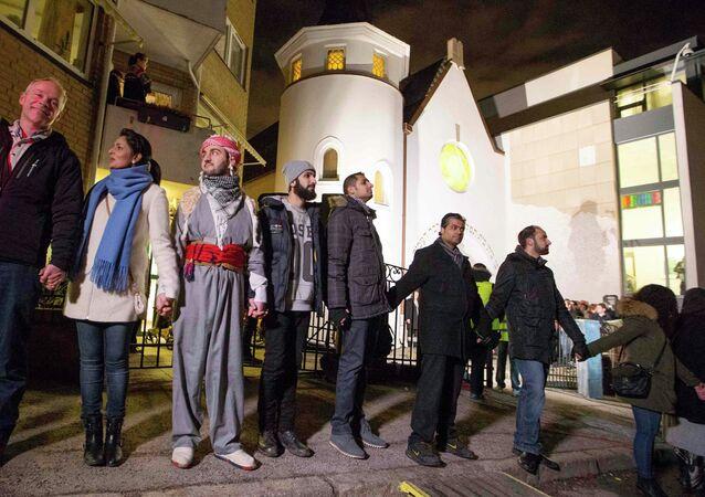 Muçulmanos formam uma corrente em torno de uma sinagoga da cidade de Oslo, na Noruega, em protesto contra o atentado a um centro judaico da Dinamarca em 14 de fevereiro de 2015