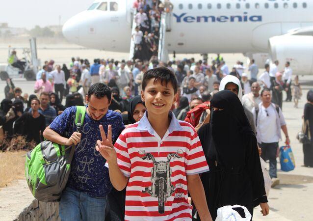 Um grupo de iemenitas voltam ao seu país do Djibouti, após quatro meses do conflito