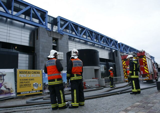 Os bombeiros franceses tiveram muito trabalho para controlar o incêndio na Citè des Sciences.