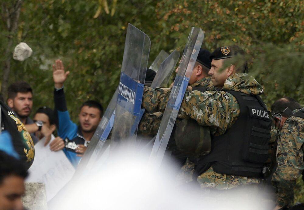 Confronto entre policiais e imigrantes na fronteira entre Grécia e Macedônia