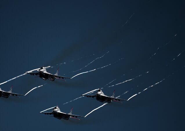 A equipa aeroacrobática Strizhi no ensaio final da abertura do MAKS 2015.