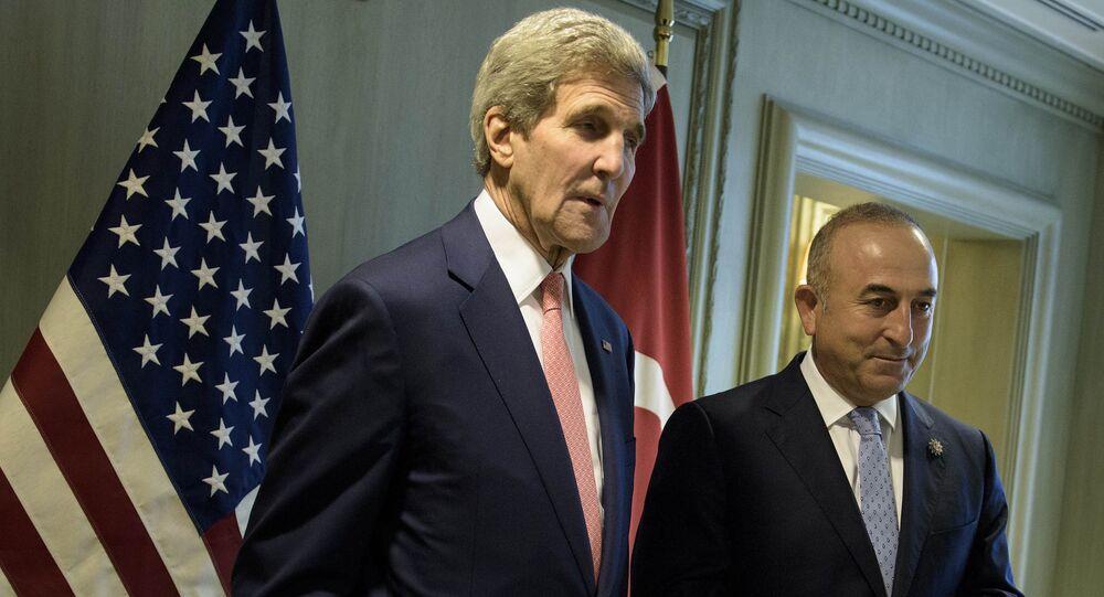 Secretário de Estado dos EUA John Kerry (à esquerda) e o ministro das Relações Exteriores da Turquia Mevlut Cavusoglu