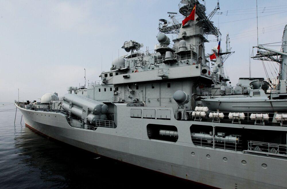 O destróier Taizhou que chegou em Vladivostok. Os exercícios militares envolvem 22 navios, até 20 aviões e helicópteros, mais de 500 soldados e 40 veículos.