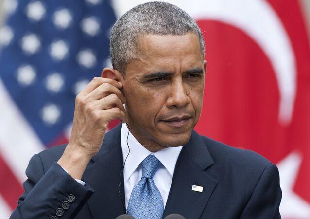 O presidente dos EUA, Barack Obama, ajusta seus fones de ouvido de tradução simultânea durante uma conferência.