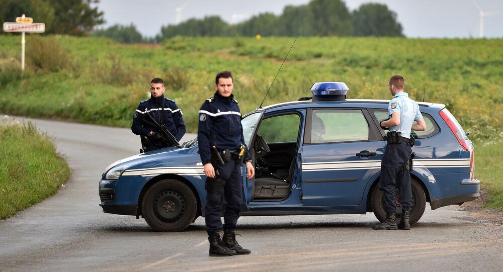 Polícia bloqueia estrada perto da comunidade cigana de Roye