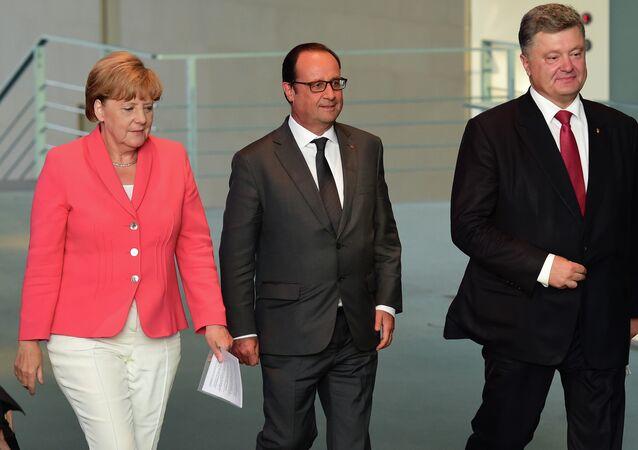 Chanceler da Alemanha, Angela Merkel, presidente da França, François Hollande, e presidente da Ucrânia, Pyotr Poroshenko, durante encontro em Berlim