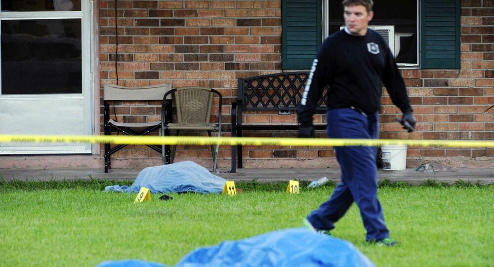 A polícia de Louisiania analisa a cena da morte de duas pessoas por um homem vestido de Rambo.