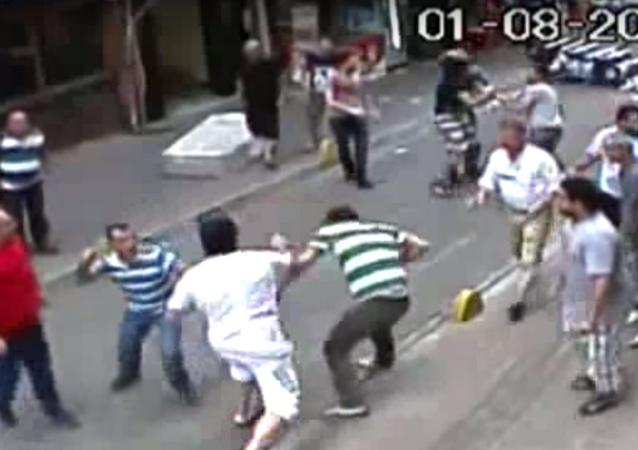 Boxeador se defende contra todo o bairro na Turquia