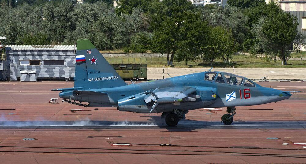 O avião Su-25UTG depois de um voo de treinamento da aviação naval da Frota do Norte no polígono dos sistemas de decolagem e aterrissagem Nitka na Crimeia.