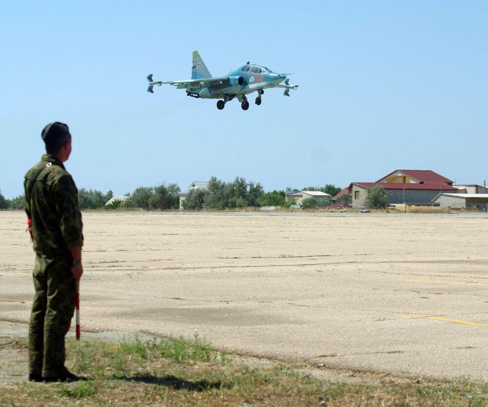 O avião Su-25UTG durante o voo de treinamento de pilotos da aviação naval da Frota do Norte no polígono dos sistemas de decolagem e aterrissagem Nitka na Crimeia.