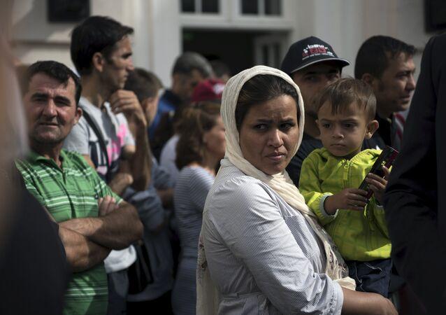Imigrantes aguardam a visita do presidente alemão, Joachim Gauck, em um asilo da cidade de Berlim, em 26 de agosto de 2015