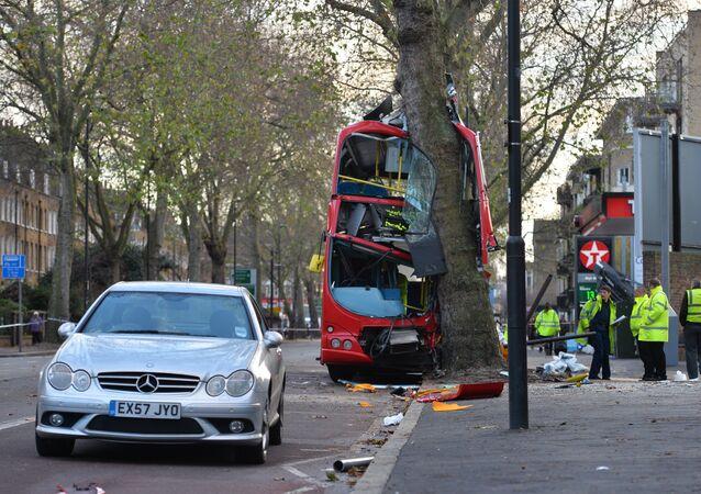 Imagem de acidente de ônibus em Londres em 2013